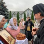 Прихожане встречают владыку Лазаря во дворе храма