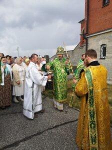 По окончании Литургии состоялся торжественный крестный ход вокруг храма.