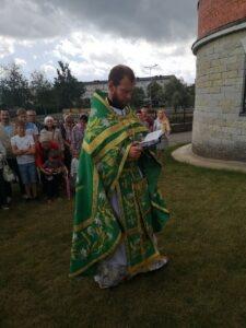 Протоиерей Димитрий Хюванен читает Евангелие во время крестного хода