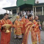 Крестный ход. Митрополит Евгений во втором ряду, впереди — иеромонах Иннокентий (Глазистов) и протоиерей Игорь Прекуп
