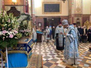 Епископ Сергий совершает каждение Плащаницы