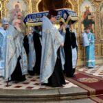 Изнесение Плащаницы из алтаря на середину храма