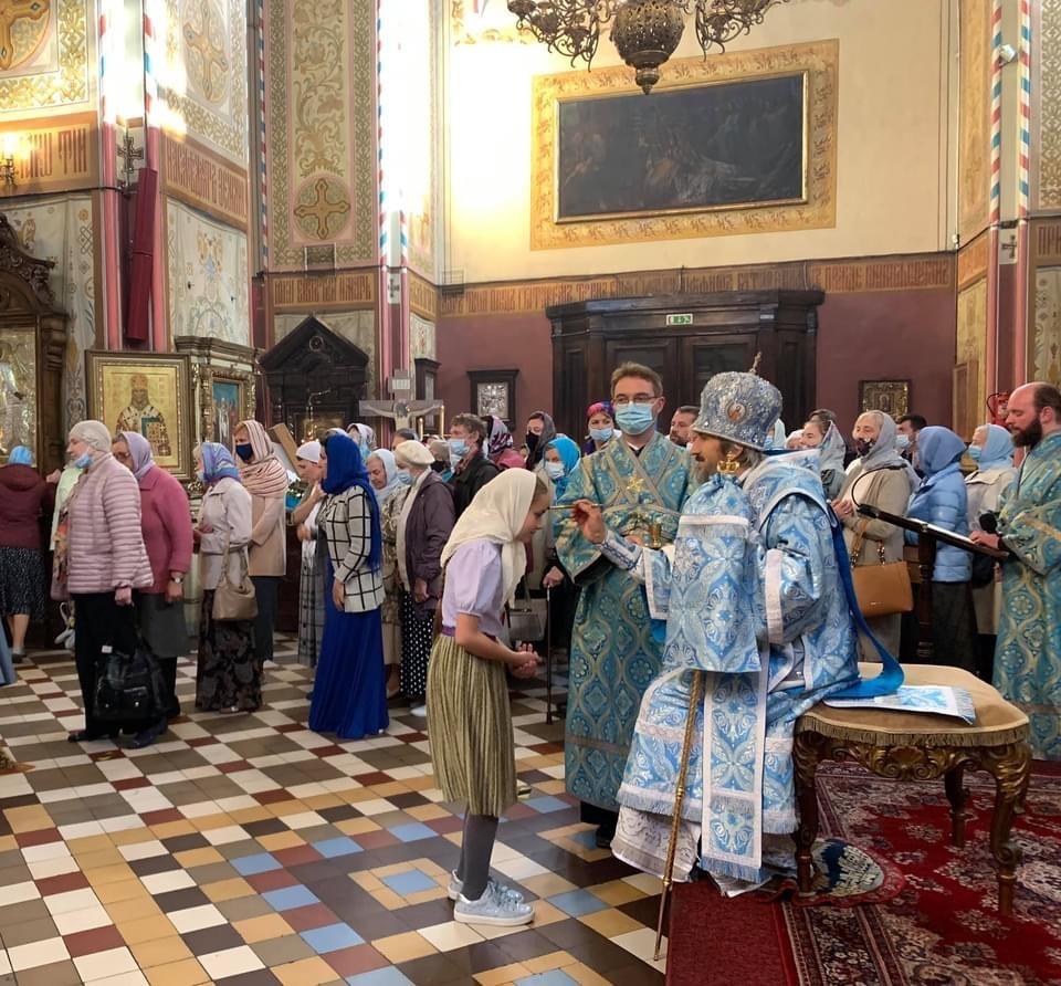 Епископ Сергий и клирики собора читают похвалы на священное преставление Богоматери