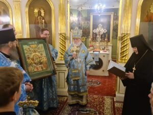 Игумения Филарета преподносит в дар храму икону Успения Пресвятой Богородицы