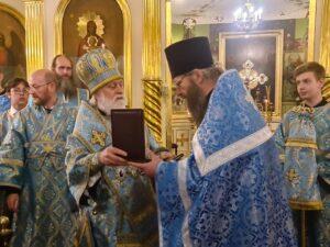 Настоятель храма иерей Виктор Мельник получает из рук Его Высокопреосвященства орден прп. Серафима Саровского III степени