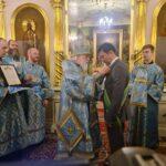 Митрополит Евгений вручает мэру Таллинна Михаилу Кылварту орден прп. Сергия Радонежского I степени