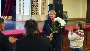 Режиссёр Олег Беседин принимает поздравления от зрителей