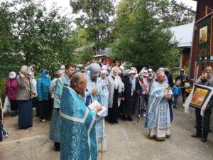 По окончании Литургии состоялся крестный ход вокруг храма