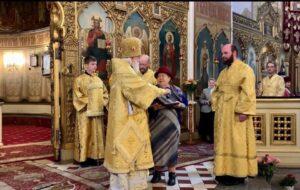 Награждение преподавателя детской воскресной школы собора Лидии Гришковой