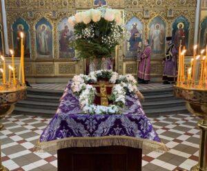 Накануне праздника Воздвижения Честного и Животворящего Креста крест выносят на середину храма для поклонения