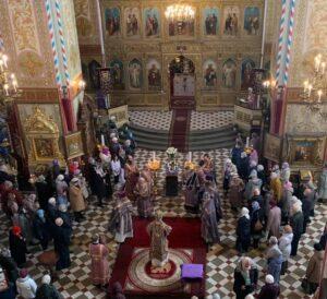 Начало праздничной Божественной литургии в соборе