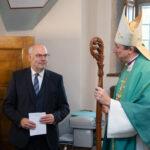 Глава ЭЕЛЦ архиепископ Урмас Вийльма приветствует Алара Кариса