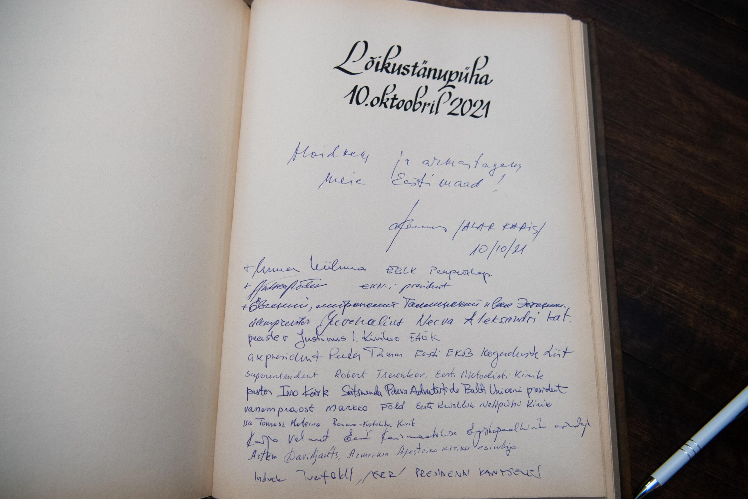 Алар Карис делает запись в книге почётных гостей
